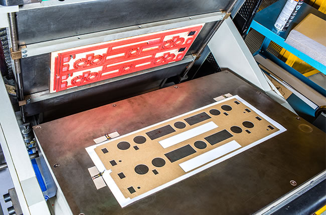 troqueladora adhesivo semiautomática plana